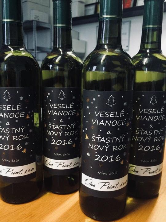etiketa na vínovej flaši
