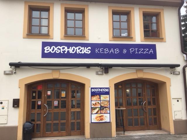 Budova s reklamnou tabuľou
